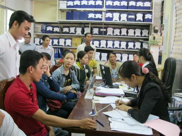 Nhân viên Trung tâm Dịch vụ Việc làm Đồng Tháp tư vấn học nghề, việc làm cho người lao động