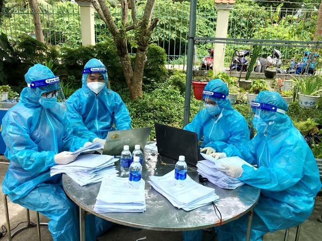 Các tình nguyện viên nhập dữ liệu người đến lấy mẫu xét nghiệm sàng lọc Covid-19