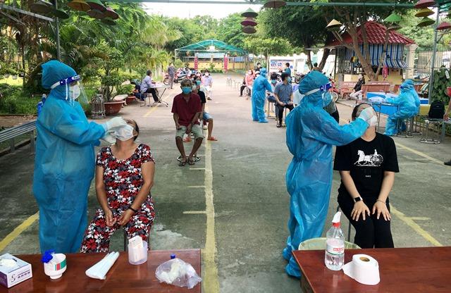 Các cán bộ y tế tiến hành lấy mẫu xét nghiệm cho người dân trên địa bàn Phường 1